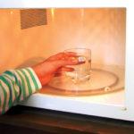 Vệ sinh lò vi sóng bằng nước lau kính – vệ sinh công nghiệp hà nội
