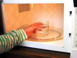 vệ sinh lò vi sóng bằng nước lau kính - vệ sinh công nghiệp hà nội
